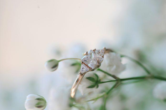 kamienie na pierścionki zaręczynowe
